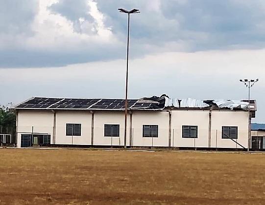 Vento forte arranca telhado de piscina em campus da UENP