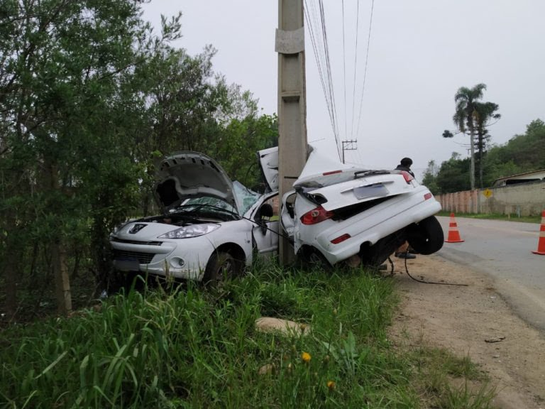 Paraná : Carro parte ao meio ao bater contra poste e motorista morre no local