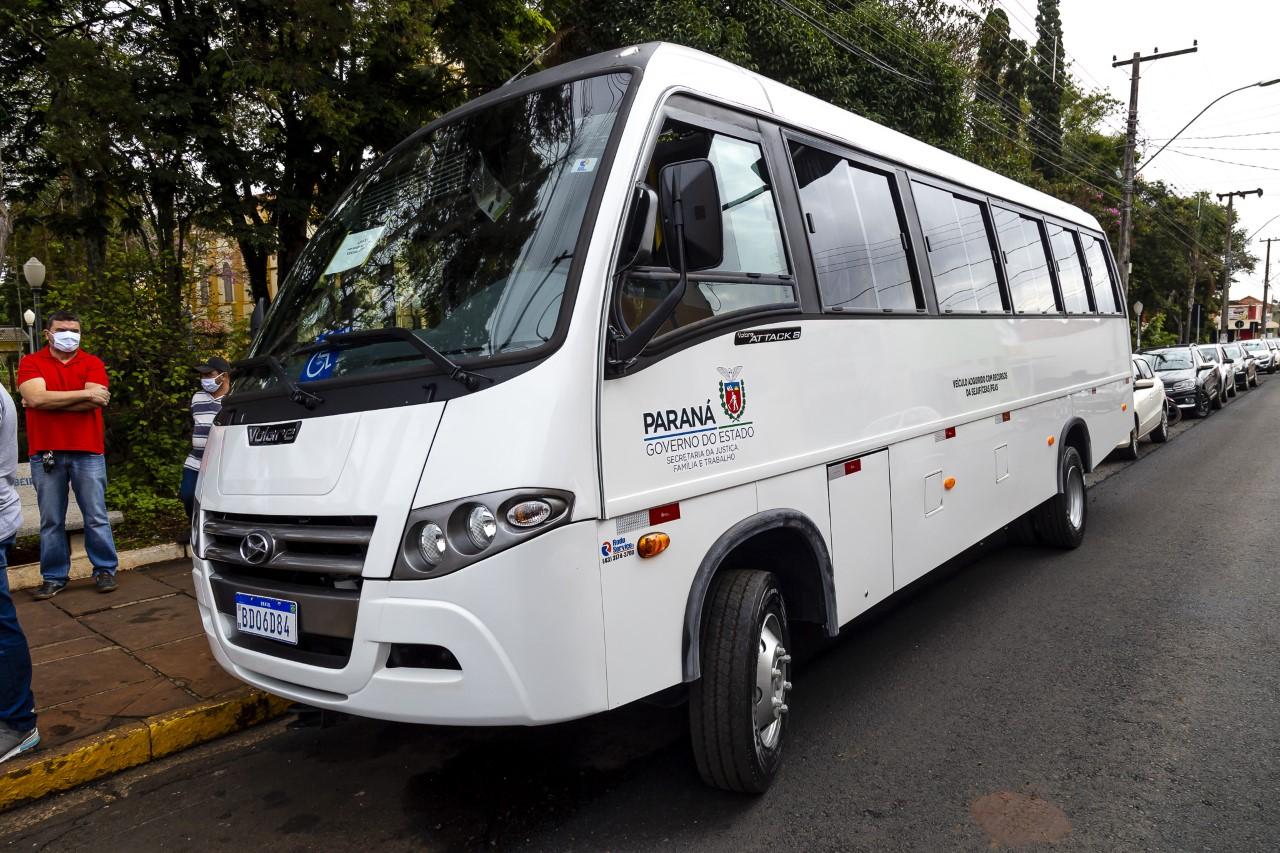 Prefeitura de Ribeirão Claro faz a entrega de ônibus novo para a Apae