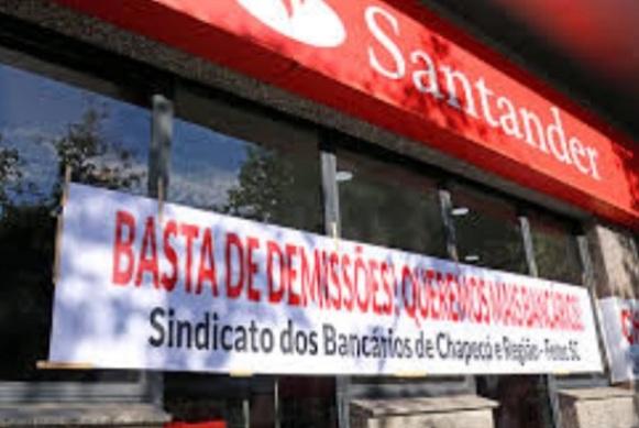 Santander demite 20 pessoas por dia útil em junho e sindicatos protestam
