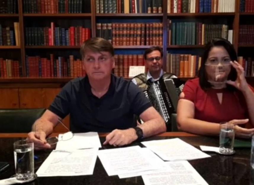 Bolsonaro diz que está tomando antibiótico e fala em 'mofo no pulmão' após testar negativo para Covid-19