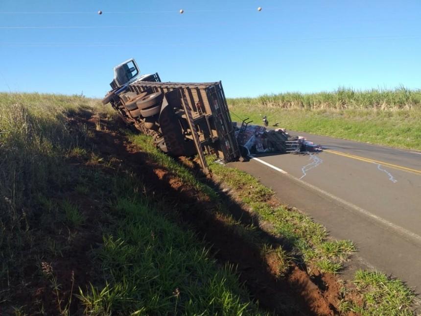 Caminhão tomba na PR-435 e espalha carga de leite na rodovia
