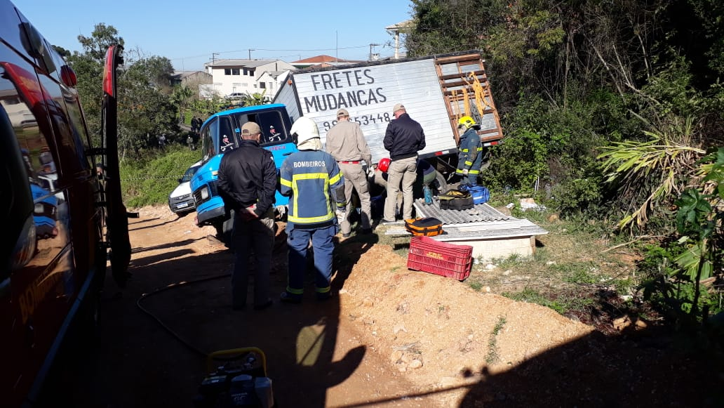 Motorista é atropelado pelo próprio caminhão e vai parar embaixo do rodado