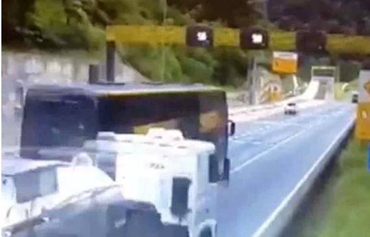Vídeo mostra momentos antes de ônibus tombar na BR-376 em acidente com 19 mortes
