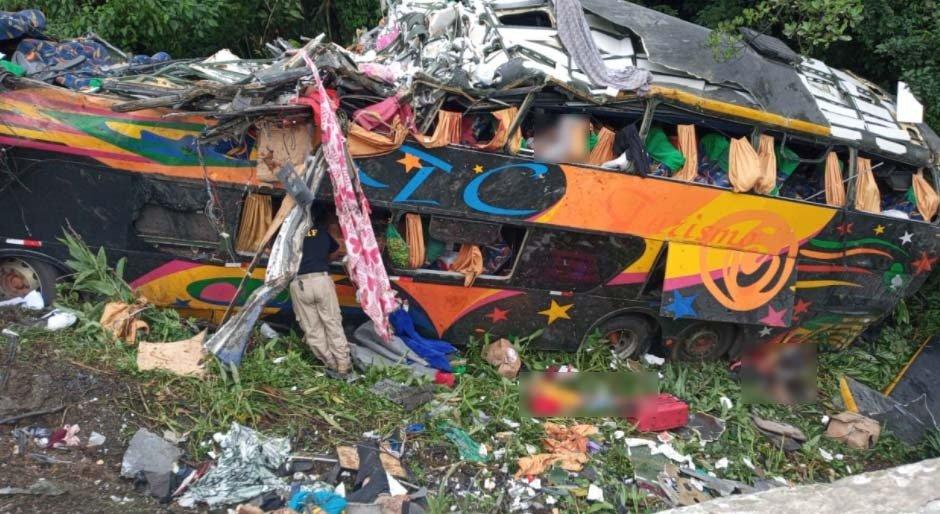 Paraná: Ônibus com mais de 50 passageiros despenca na BR-376; há mortos e diversos feridos