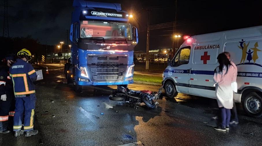 Paraná: Motociclista bate contra caminhão e é socorrido em estado grave