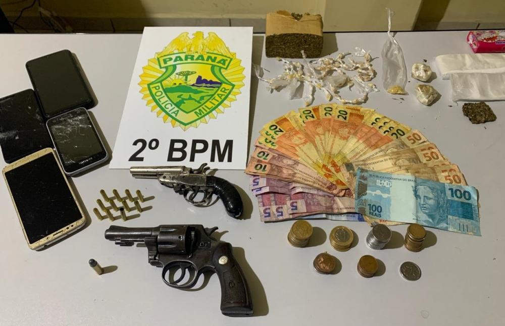 Foragido é preso com armas e droga em Jacarezinho