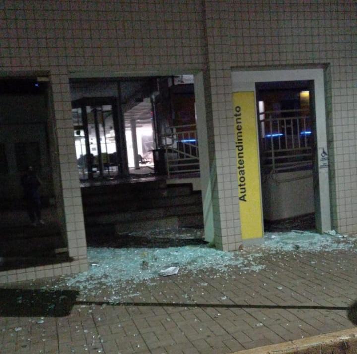 """Bando invade Cambará, explode bancos, faz reféns e provoca pânico na população """"Confiram fotos e Vídeo"""""""