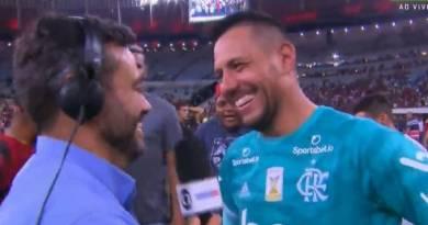 Eric Faria: Ao vivo, goleiro Diego Alves 'entrega' repórter da Globo