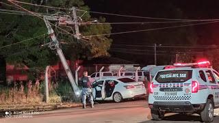 Veículo colide em poste e deixa alguns bairros sem energia elétrica em Pedreiras