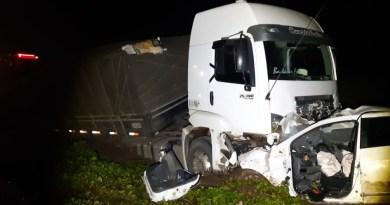 Colisão entre carro e caminhão deixa duas pessoas mortas na BR 316