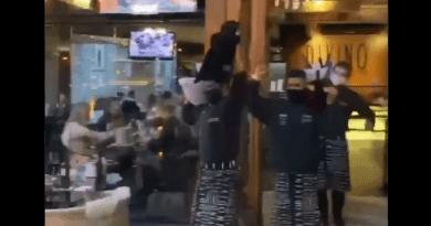 """Deboche: restaurante de Gramado (RS) tem festa com garçons dançando música do """"meme do caixão"""""""