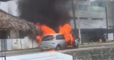 VÍDEOS: Carro pega fogo na Ponta D'Areia neste domingo