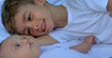 """Ana Hickmann se derrete em foto do filho com o primo: """"Tem amor e beleza"""""""