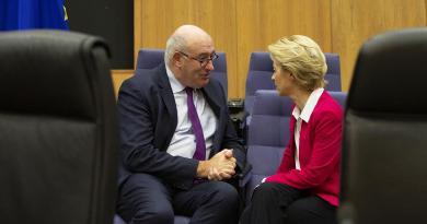 Irlanda apresenta candidatos para substituir Hogan no executivo europeu