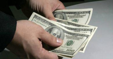 Dólar sobe 0,4% para R$ 5,62 por risco fiscal; Bolsa fecha estável