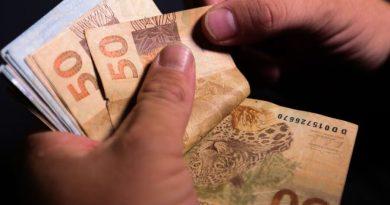 Brasileiro agora poupa para pagar despesas do dia a dia, mostra pesquisa