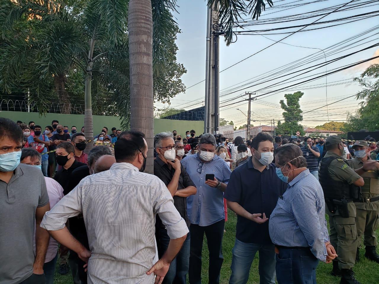 Pessoas no local que o ex prefeito foi encontrado morto