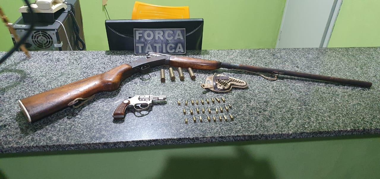 Armas de fogo apreendidas pela Polícia Militar na chácara.