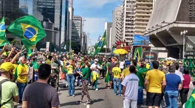 Manifestantes se aglomeram na Av. Paulista para pedir intervenção militar