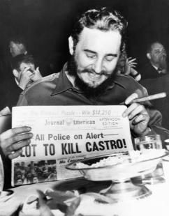 Fidel com jornal com manchete de sua morte.