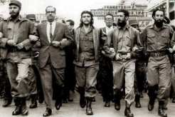 Fidel, Che e outros revolucionários, marcham pela revolução.