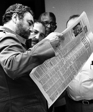 Lendo o Granma, órgão do Partido Comunista Cubano, 20 de maio de 1981.