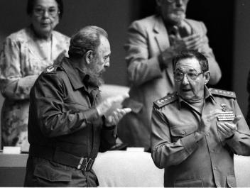 Raúl e Fidel Castro, deputados na Assembleia Nacional do Poder Popular pela província de Santiago de Cuba, 29 de Dezembro de 2001.