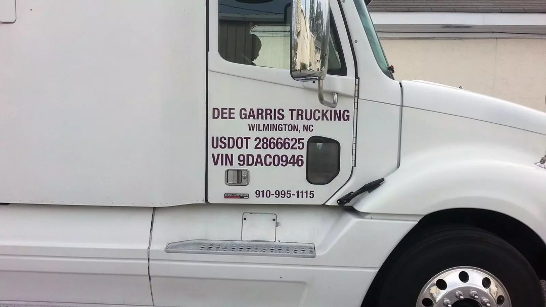 Dee Garris Trucking 18-wheeler with print and cut graphics