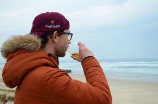 Notre Calfat savoure le chouchen breton, devant un panorama magnifique