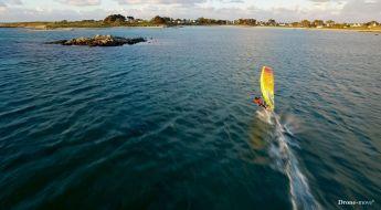 Le windsurfer Damien LE GUEN sur une eau irisée