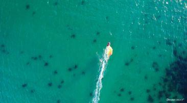 Windsurf sur les eaux turquoises du Finistère