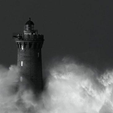 Les vagues se déchaînent autour du Phare du four