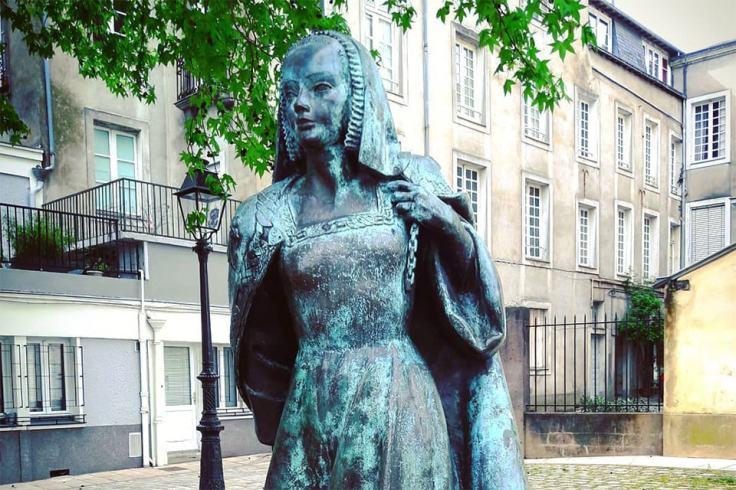 La statue de la Duchesse de Bretagne, Anne, au château des Ducs de Bretagne à Nantes.