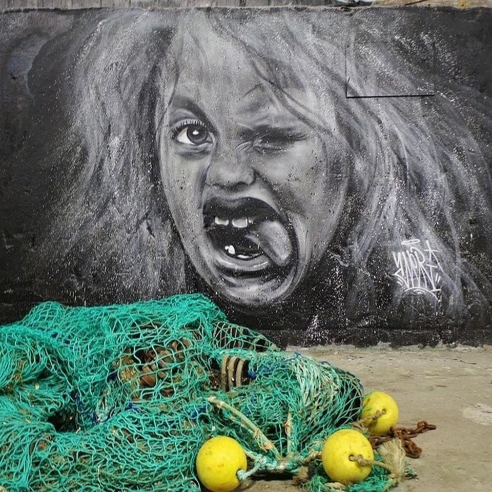 Grimace d'une fillette, signée Averi au Port du Léguer