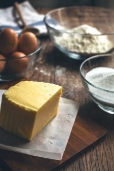 On s'arrête quelques instants sur l'élément qui donne son nom au gâteau : le beurre.