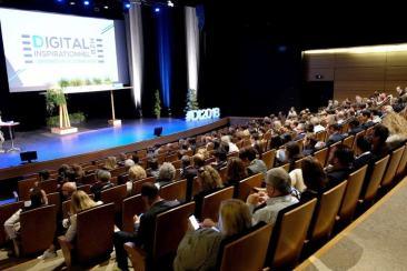 Des chefs d'entreprise et des managers studieux devant les conférences sur le digital inspirationnel