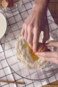 On casse les œufs et on mélange !