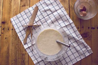Une fois qu'elle est faite, la pâte à crêpes doit reposer.