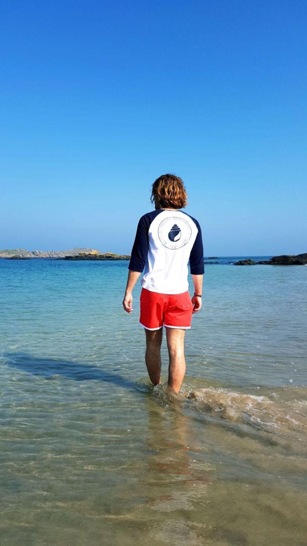 Balade les pieds dans l'eau d'un breton sous une météo ensoleillée