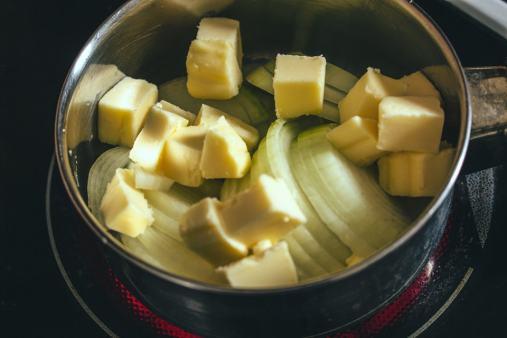Attention, vous préparez là quelque chose d'ultra gourmand : des oignons et du beurre !