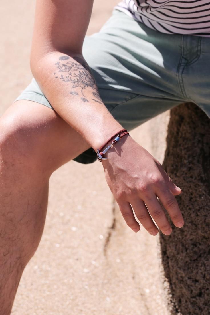 Homme qui porte un bracelet marin à la mode