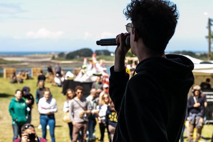 Représentation sur scène du rappeur local Dihay