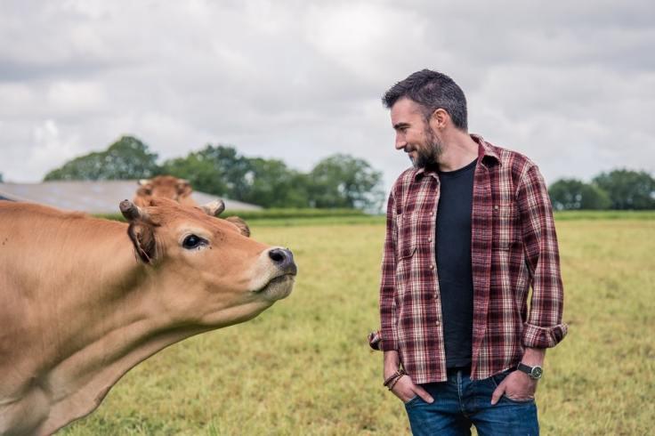 Producteur laitier breton dans un champ