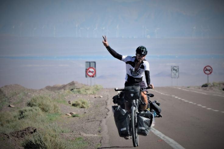 Homme à vélo pendant un tour du monde zéro déchet