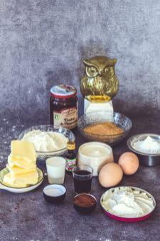 Ingrédients disposés sur une table pour faire des muffins
