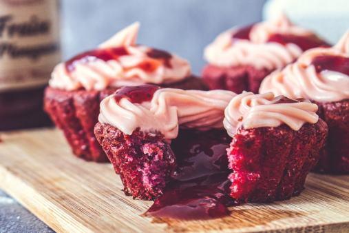 Muffin à la fraise cœur coulant de confiture sur une planche de boix