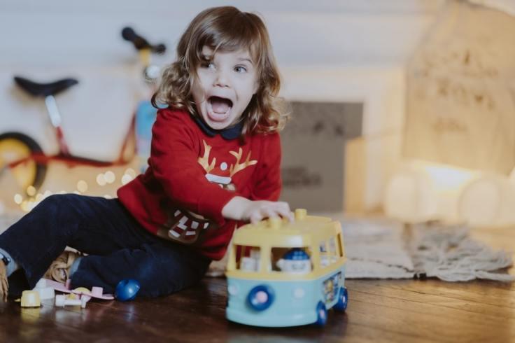 Petite fille très heureuse de son nouveau jouet Les Minis Mondes