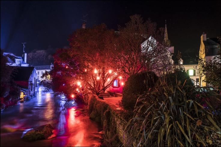 Des lumières rouges sur l'arbre, nombreuses autres lumières à Pont-Aven