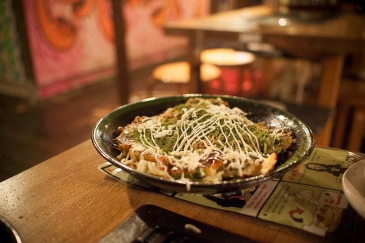 Un okonomiyaki dans une assiette.